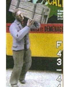Mann mit Kiste auf Schulter