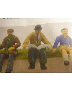 2 sitzende Männer & 1 Junge