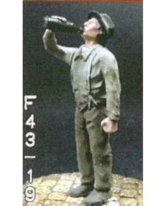 Mann, aus Flasche trinkend