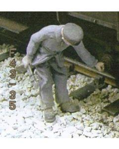 Bahnarbeiter mit Schraubenschlüssel